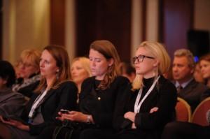 Tre intresserade unga svenska studerande på plats i Belgrade