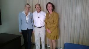 Alejandro Solalinde i mitten och Pia Kauma, kollega i OSCE och i Grundlagsutskottet bl.a., till vänster.