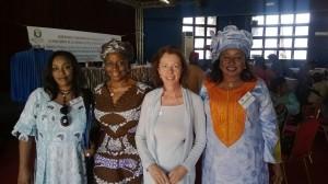 Flankerad av ECOWAS kvinnliga nätverks tillträdande ordförande från Elfenbenskusten och den avgående från Niger
