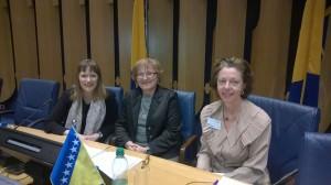 Det finska inslaget var markant bakom den bosniska flaggan vid öppnandet av konferensen. Nina Suomalainen, biträdande chef för OSSE i Bosnien, Nermina Zaimović-Uzunović, parlamentsledamot och representant för jämställdhetsutskott och slutligen undertecknad.