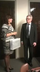 60-årsdagen firas inom familjen-grundlagsutskottets viceordförande uppvaktar med vår present till ordföranden Koskinen