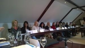 Kvinnliga politiker i långa rader. Rösta på en kvinna, allt att vinna